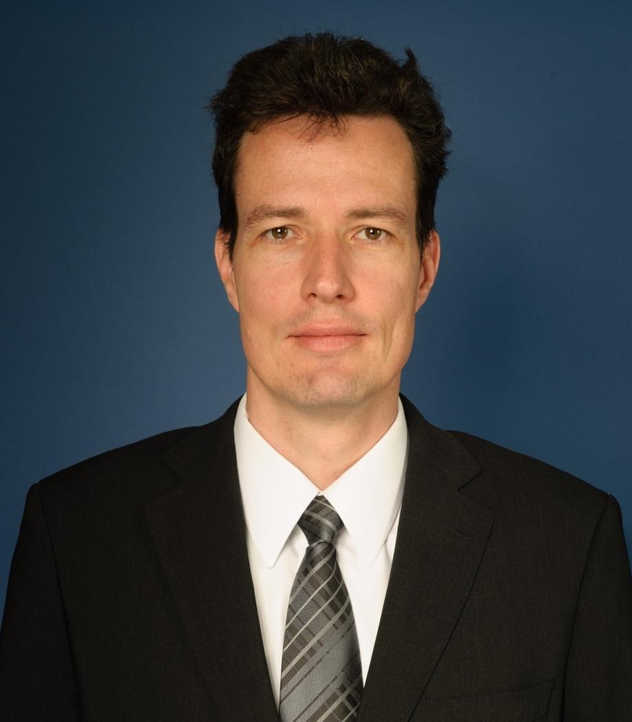 Alexander Posthoff ist Senior Portfoliomanager bei dem Anleihemanager BANTLEON, einem Spezialisten für sicherheitsorientierte Kapitalanlagen. Dort ist er für die Analyse von Zinsspreads zwischen EUR-Staatsanleihen, Quasi-Staatsanleihen sowie Pfandbriefen verantwortlich und entwickelt als Mitglied in diversen Anlageausschüssen von Publikums- und Spezialfonds Strategien zur Performanceoptimierung.