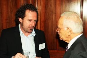 Im Gespräch: Tobias Schorr (l.), Chefredakteur der Unternehmeredition, mit Helmut Schreiner, Seniorchef der Schreiner Group. (© LSG & Kollegen)
