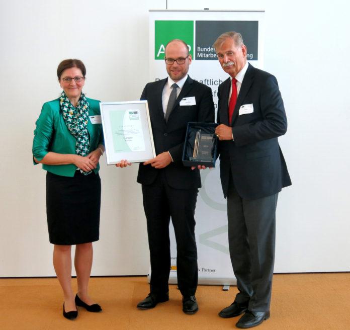 Ausgezeichnet: Sven Huschke von der Cortado AG nimmt den Preis für Mitarbeiterbeteiligung entgegen (© AGP)