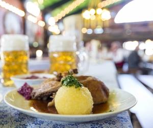Der Holledauer-Knödel: mit urbayerischen Spezialitäten wie Brezn und Kraut gefüllt. (© Burgis)