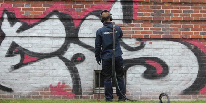 Graffiti entfernen: Auch das gehört zur Tätigkeit einer Reinigungskraft.