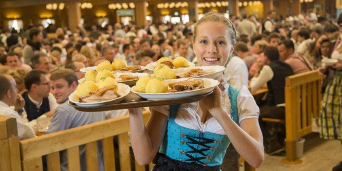 Wiesn-Schmankerl: Auf den meisten Tellern ist Burgis mit seinen Knödeln vertreten.
