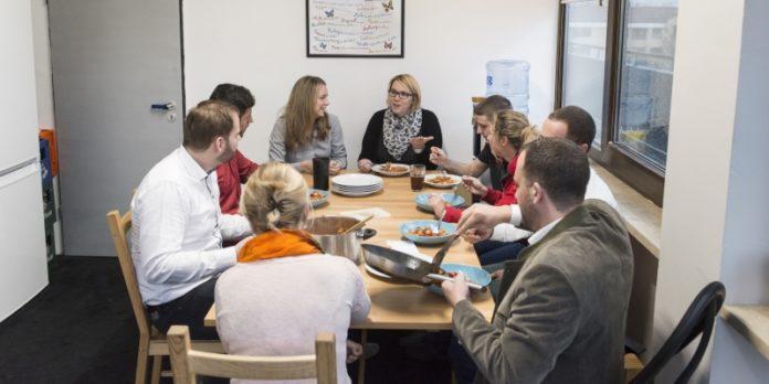 Erfolg durch Teilen: Auch beim Mittagessen isst man nicht alleine.