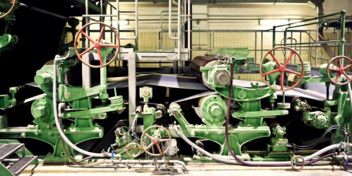Papiermaschine aus dem Jahr 1883: Bei der Büttenpapierfabrik läuft sie noch immer auf Hochtouren.