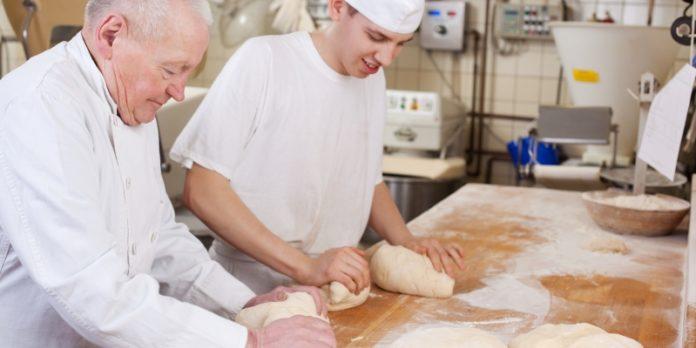 Bäckermeister mit Lehrling.