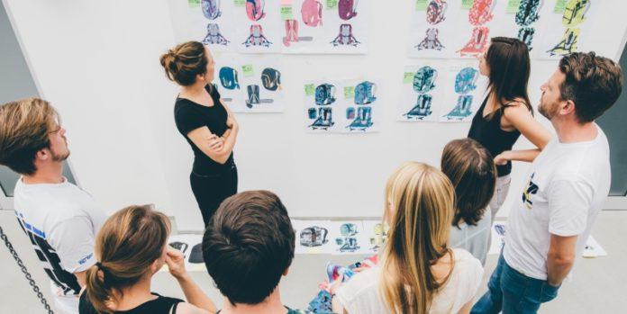Partizipative Kultur: Die Marketingabteilung von Brand Unit Kids berät über die Farbwahl der neuen Satch-Kollektion.