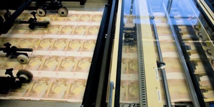 Bogeneinzug: Auf der Maschine werden Banknoten beziffert.