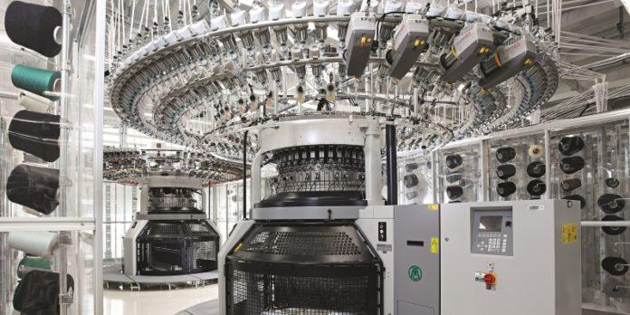 Pullover aus der 3-D-Strickmaschine: Marc Cain fertigt diese am Standort Bodelshausen in einem Arbeitsschritt.