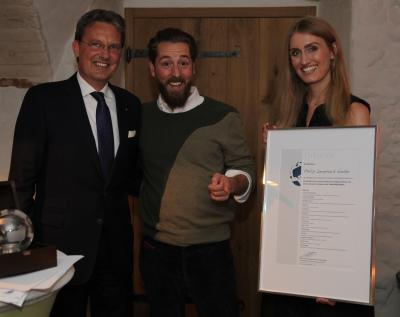 Gewinner des Markenawards: Philip Siefer (Mitte) von Einhorn erhält den Preis von Linda Vollberg und Prof. Guido Quelle von Mandat Management.