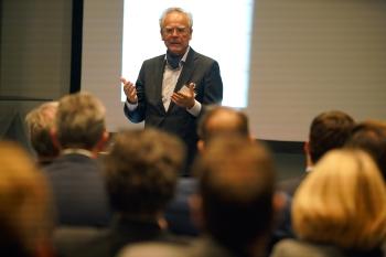 """Dr. Hans Langer bei seinem Vortrag: """"Die Natur bohrt oder fräst nicht, sondern wächst Schicht für Schicht."""""""