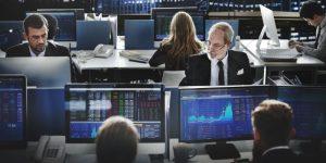 Aktienhandel: Noch immer werden Aktien als Spekulationsobjekt betrachtet und keineswegs als eine solide Form der Geldanalage.