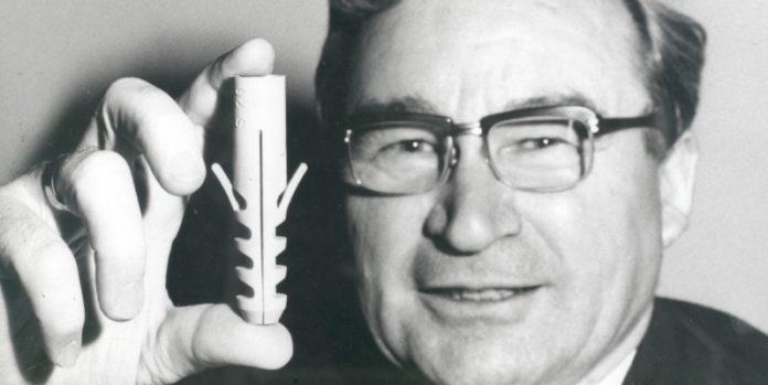 Der Erfinder: Artur Fischer mit dem berühmten Spreizdübel, den er 1958 patentieren ließ.