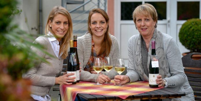 Lena (Mitte) zusammen mit ihrer Schwester Sarah Sonnen und ihrer Mutter Cordula: Die drei Frauen führen das Weingut in dritter Generation.