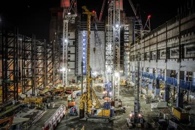 Großbaustelle mit Maschinen von Bauer: Das Unternehmen bietet sowohl Maschinen als auch Dienstleistungen an.