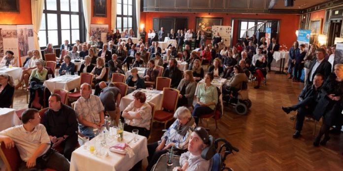 Jubiläum von Handicap International: Rund 150 Gäste verfolgten das Programmm der Abendveranstaltung im Münchner Künstlerhaus.