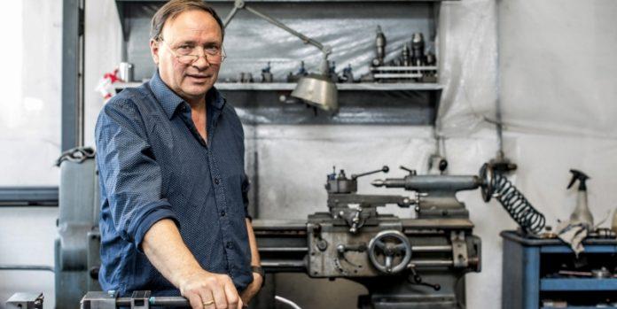 Uwe Steingross in seiner Werkstatt: Präzisionsteile abseits der Massenproduktion