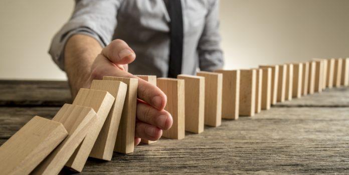 Dominoeffekt verhindern: Factoring kann den Liquiditätsabfluss verhindern und Richtung Sanierung umlenken.