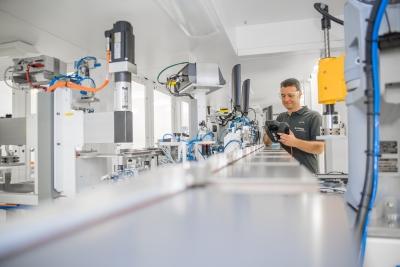 Einblick in die Produktion der Manz AG: Der Hightech-Maschinenbauer peilt wieder Margen oberhalb des Durchschnitts der Maschinenbaubranche an.