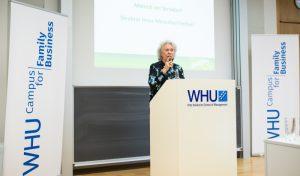 """Christiane Underberg bei Ihrem Vortrag """"Mensch vor Struktur"""": Der Wandel gelingt, wenn die Mitarbeiter mündig sind."""