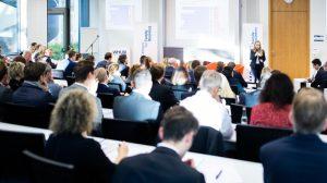 Prof. Nadine Kammerlander bei ihrem Eröffnungsvortrag: Acht Thesen für das Familienunternehmen der Zukunft.