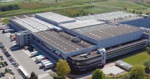 Produktionsstätte von Hansgrohe bei Elgersweier nahe Offenburg mit neuem Anbau: Mittlerweile erwirtschaftet das ehemalige Familienunternehmen rund 1 Mrd. Euro Umsatz und beschäftigt knapp 5.000 Mitarbeiter. (© www.drohnenflug.net)