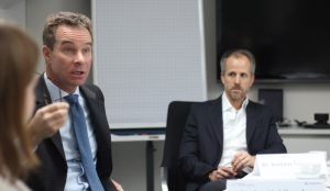 Stefan Heidbreder (links im Bild) und Andreas Sennheiser beim Pressegespräch: Charakter wiegt schwerer als Fachwissen. (© Lukas Niggel)