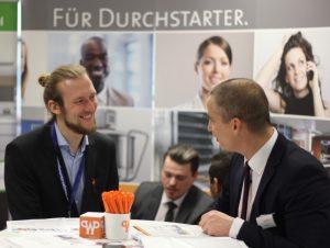 Messegespräch: Die Bewerber konnten sich mit den HR-Verantwortlichen oder Geschäftsführern direkt austauschen. (© Lukas Niggel)