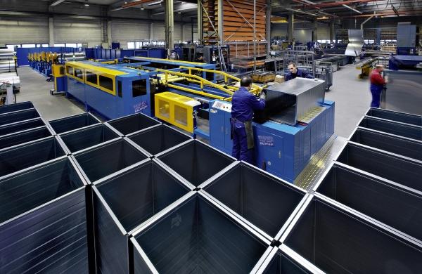 Kanalfertigung für eine Lüftungsanlage: Die Produktion findet an lokalen Standorten statt.