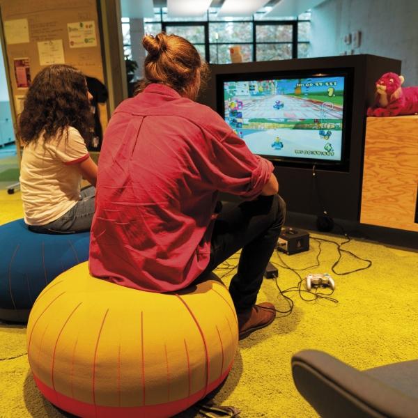 Eine Ecke für Videospieler: Neben der Arbeit ist Zeit für Zerstreuung.