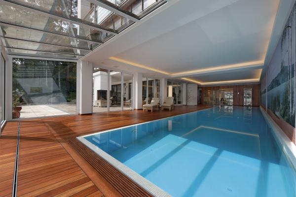 Kühnej Pool & Wellness baut großzügig: Ene Schwimmhalle kann zum Zentrum des Hauses werden. © Kühne Pool & Wellness AG