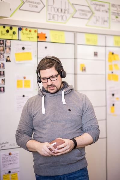 Ein Mitarbeiter sinniert: Die Firma möchte viele Freiräume zum eigenverantwortlichen Arbeiten schaffen. © sipgate GmbH