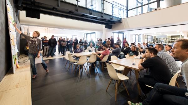 Open Fridy: Statt alltäglicher Meeting können die Mitarbeiter jeden zweiten Freitag Themen initiieren und Gruppenmitglieder auswählen. © sipgate GmbH